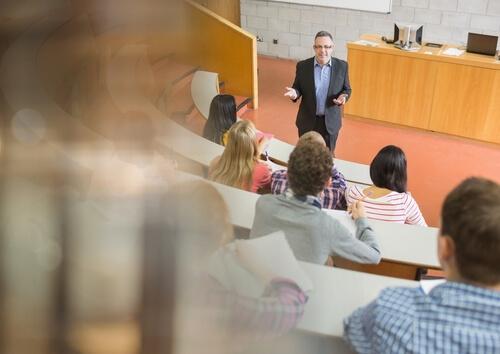 Professor do século 21: a importância é a mesma, ainda que ele não seja mais a fonte central do processo de ensino e aprendizagem