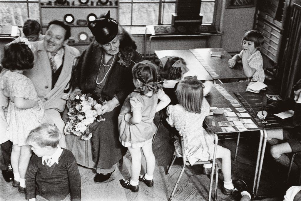 Maria Montessori em meio a crianças