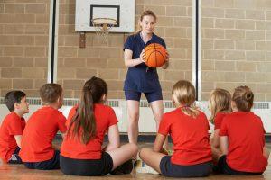 Na fase do Fundamental 2, a aula de educação física é um bom momento para identificar se o aluno está isolado
