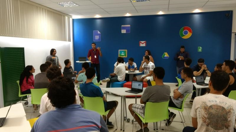 Em sala de aula inteligente, alunos produzem e aprendem melhor