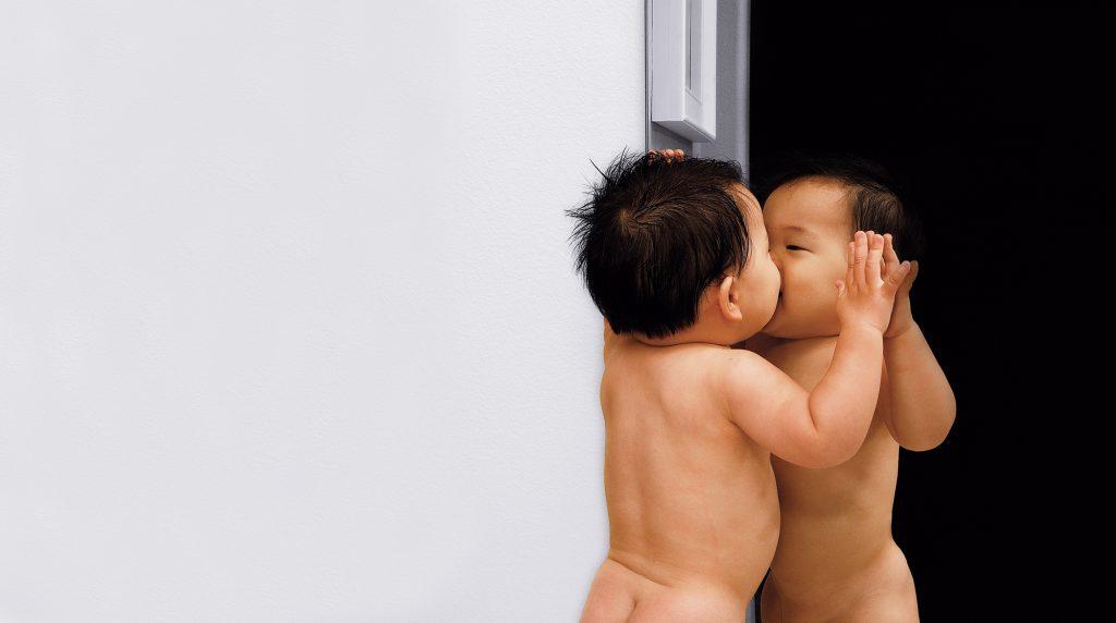 Para Jacques Lacan, o bebê só distinguirá o que lhe é interno ou externo ao reconhecer-se, ou ao Outro, na visão projetada no espelho | Foto: Shutterstock