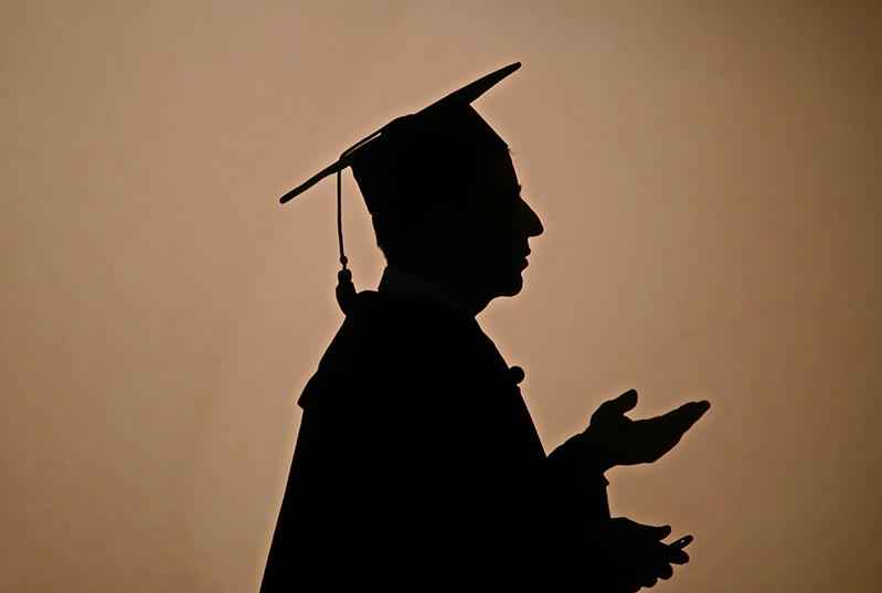universitários com diploma